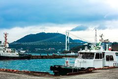 Vrachtschip bij dok in Mojiko, Kitakyushu, Fukuoka, Japan wordt geparkeerd dat stock fotografie