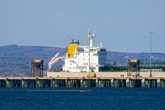 Vrachtschip bij haven Royalty-vrije Stock Fotografie