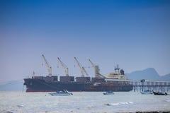 Vrachtschip bij haven Stock Foto