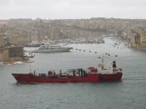 Vrachtschip bij haven van Valletta royalty-vrije stock afbeeldingen