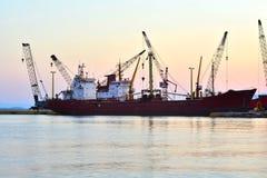 Vrachtschip bij het dok stock foto
