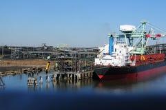 Vrachtschip bij olieraffinaderij Royalty-vrije Stock Afbeeldingen