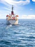 Vrachtschip bij open zee stock afbeelding