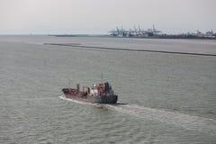 Vrachtschip bij rivierzegen dichtbij haven van Le Havre, Frankrijk stock afbeeldingen