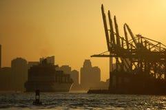 Vrachtschip bij Zonsondergang Stock Fotografie