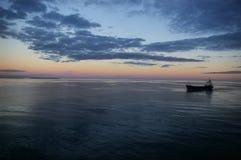 Vrachtschip bij zonsondergang Royalty-vrije Stock Fotografie
