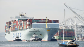 Vrachtschip COSCO die GUANGZHOU de Haven van Oakland ingaan Royalty-vrije Stock Foto's