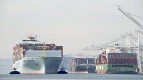 Vrachtschip COSCO die GUANGZHOU de Haven van Oakland ingaan Royalty-vrije Stock Afbeeldingen