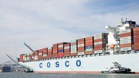 Vrachtschip COSCO die GUANGZHOU de Haven van Oakland ingaan Stock Fotografie