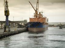 Vrachtschip dat bij bij de haven van Walvis-Baai, Namibië wordt gedokt stock fotografie