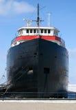 Vrachtschip dat bij dok wordt verankerd Royalty-vrije Stock Foto's