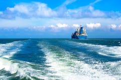 Vrachtschip dat binnen aan het overzees vaart Royalty-vrije Stock Afbeelding