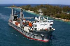 Vrachtschip dat in haven in Nassau komt Royalty-vrije Stock Afbeeldingen