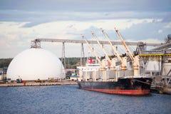 Vrachtschip dat in haven wordt gedokt Stock Fotografie