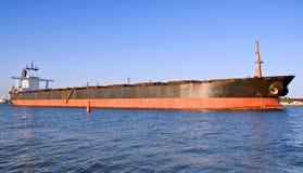 Vrachtschip in de haven. Stock Foto's
