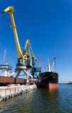 Vrachtschip in de haven Royalty-vrije Stock Foto's