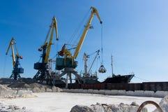 Vrachtschip in de haven Stock Foto