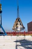 Vrachtschip in de haven Stock Afbeeldingen