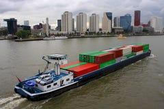 Vrachtschip in de haven van Rotterdam Royalty-vrije Stock Afbeeldingen
