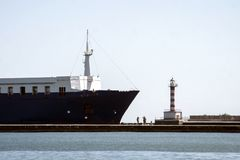Vrachtschip dichtbij de pijler royalty-vrije stock afbeelding