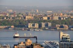 Vrachtschip dichtbij de Stad van New York Stock Foto