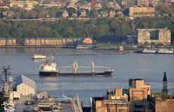 Vrachtschip dichtbij New York Hudson River Royalty-vrije Stock Afbeeldingen