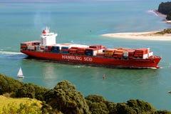 Vrachtschip die de haven verlaten Royalty-vrije Stock Foto's
