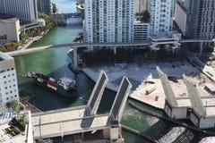 Vrachtschip die de Rivier van Miami in Miami Van de binnenstad ingaan Een gescheiden brug Passage van een vrachtschip onder de br royalty-vrije stock foto's