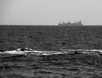 Vrachtschip die door op de Horizon overgaan stock afbeeldingen