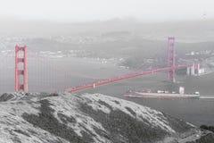 Vrachtschip die Golden gate bridge kruisen royalty-vrije stock afbeeldingen