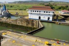 Vrachtschip die het Kanaal van Panama overgaan Royalty-vrije Stock Fotografie