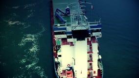 Vrachtschip die overgaan door stock video