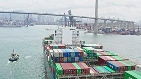 Vrachtschip die verzendingscontainer vervoeren aan Hong Kong-haven, hommelsatellietbeeld Vrachtvervoer, invoer-uitvoerzaken stock videobeelden