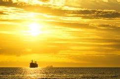 Vrachtschip die weg varen Royalty-vrije Stock Foto's