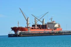 Vrachtschip die worden geladen royalty-vrije stock afbeelding