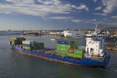 Vrachtschip dragende containers het vertrekken Haven van Civitavecchia, Italië, de Haven van Rome Stock Afbeelding