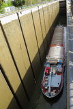 Vrachtschip in drainagekanaal Royalty-vrije Stock Foto's