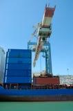 Vrachtschip in een haven Stock Foto's