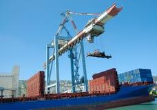 Vrachtschip in een haven Royalty-vrije Stock Afbeeldingen