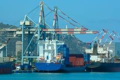 Vrachtschip in een haven Stock Foto