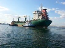 Vrachtschip en baaisleepboten Royalty-vrije Stock Fotografie
