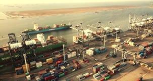 Vrachtschip en containershaven bij schemer stock footage