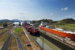 Vrachtschip en een olietanker in de Miraflores-Sloten in het Kanaal van Panama, in Panama Stock Foto