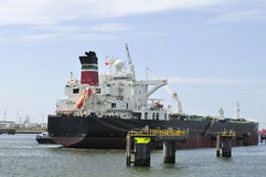 Vrachtschip en havenkraan Royalty-vrije Stock Foto's