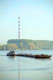 Vrachtschip en het verwarmen installatie in de Donau Royalty-vrije Stock Fotografie