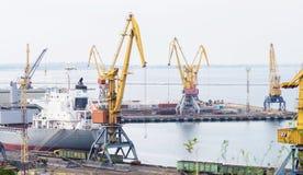Vrachtschip en Industriële kranen Royalty-vrije Stock Fotografie