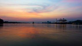 Vrachtschip en kraan bij haven stock foto's
