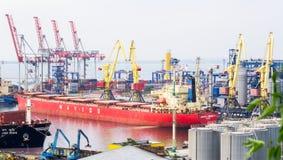 Vrachtschip en van de Werf kranen Royalty-vrije Stock Foto's