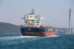 Vrachtschip en water de Straat van Bosphorus in Istanboel, Turkije Stock Foto's