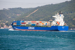Vrachtschip en water de Straat van Bosphorus in Istanboel, Turkije Stock Afbeelding